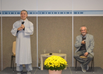Freundlicher buddhistischer Mönch im Laacher Forum