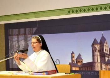 Eine Playmobil-Nonne, ein Spielzeugauto und eine authentische Ordensfrau